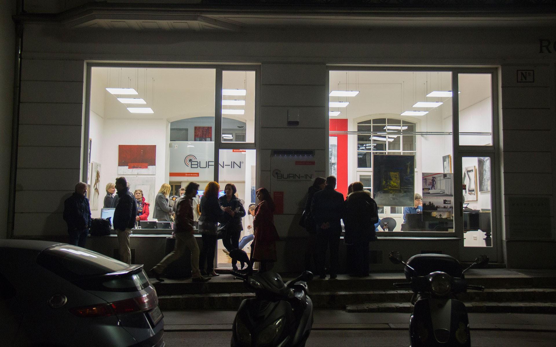 BURN-IN Galerie bei Nacht